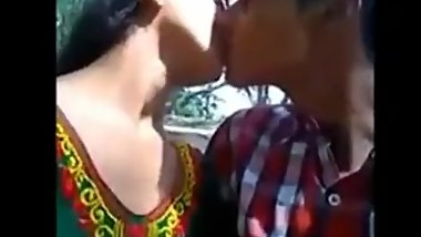 Desi collage girl kissing-boob pressing in park mms video